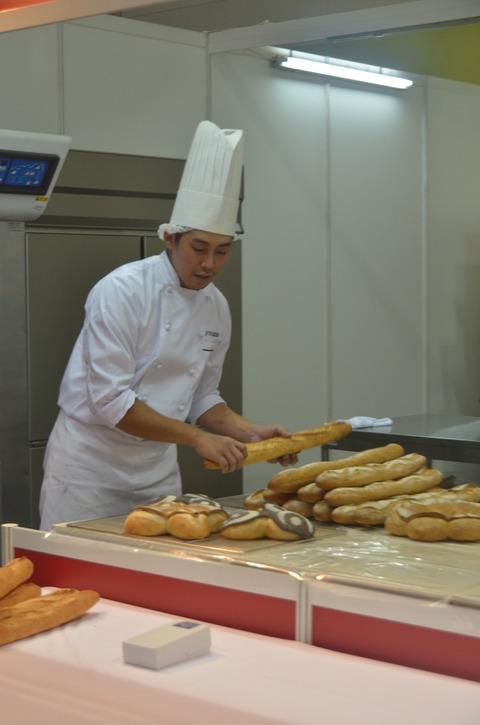パンを並べる谷口シェフ